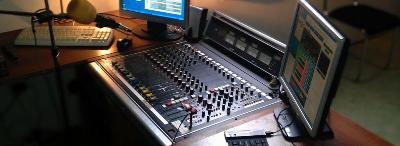 Dnes moderuje Němý DJ ze studia Praha